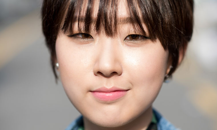 26 year old Korean designer Kim Si Eun prefers smokey eye makeup on her monolids.